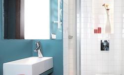 Jak urządzić małą łazienkę, by nie zamienić jej w ciasną klitkę? 4 zasady projektantów