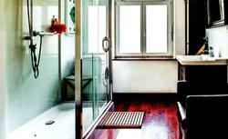 Remont łazienki za nieduże pieniądze. Efekt - od ponurej jaskini do świetlistej aranżacji [ZDJĘCIA]