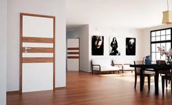 Panele na ścianie i w skrzydle. Drzwi idealnie dopasowane do podłogi