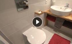 Jak urządzić małą łazienkę w bloku? Koszmarne wnętrze po remoncie zyskało nowoczesny charakter