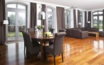 Kolory drewnianej podłogi w salonie - INSPIRACJE