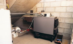 Ogrzewanie domu kotłem na paliwa stałe – rozwiązanie instalacji grzewczej dla domu bez mediów na działce