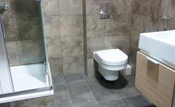 Mała łazienka. Jak w niej zmieścić wannę i prysznic?