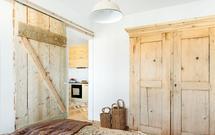 Rozbiórkowe drewno w domu. Gdzie kupić i jak wykorzystać drewno z odzysku?