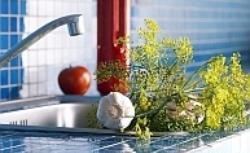 Kuchnia z błękitną mozaiką i fioletową ścianą