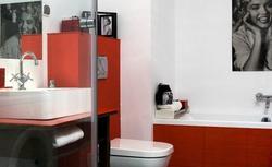 Trzy kolory w aranżacji łazienki: biały, czerwony, niebieski. Pomysł na ładne zestawienie barw