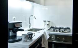 Jak wykończyć ścianę nad blatem w kuchni. Pomysłowo, tanio, praktycznie. Poradnik wideo