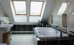 Projektowanie łazienki na poddaszu a wysokość ścianki kolankowej