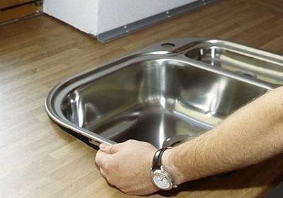 Jak zamontować w kuchni zlew wpuszczany w blat? Zrób to sam