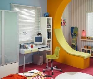 Kolorowy pokój dla chłopca, a w nim ścianka-leżanka. Aranżacja wnętrza