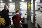 <p>Uczestnicy konkursu z zainteresowaniem oglądają projekty konkursowe innych architektów.</p>